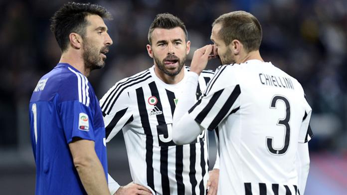 Juve, Sarri e Martusciello dividono la tifoseria. Sui social ritorna l'hashtag #Sarriout