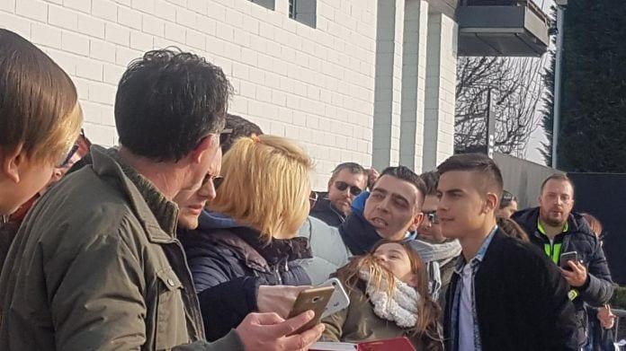 Alex Sandro e Bernardeschi in gruppo, molti tifosi a Vinovo